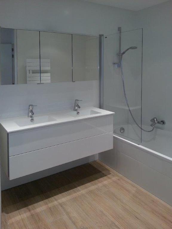 Salle de bain alexandra gilson for Hauteur vanite salle de bain 2