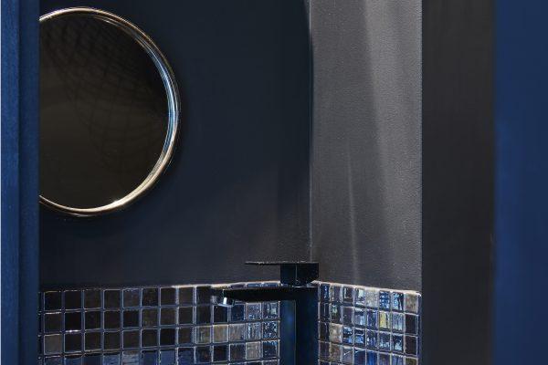 détail carrelage noir toilette miroir rond noir Alexandra Gilson