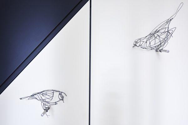 détail armoire sous escalier noir et blanc décoration